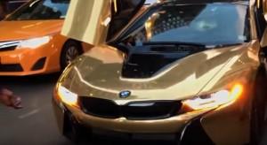 Blocca il traffico con la sua Bmw dorata: automobilista....