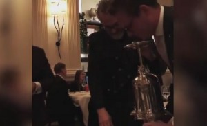Massimo Bottura assaggia la salsa col dito, fan insorgono ma lui... VIDEO