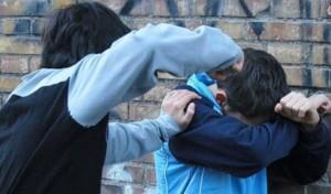 Mamma difende figlio dai bulli con un taglierino: denunciata