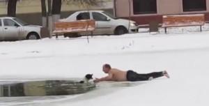 Cane intrappolato nel lago ghiacciato, lo salvano così VIDEO