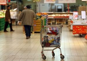 Feltre, immigrati gettano la spesa per strada: scoppia ira dei residenti