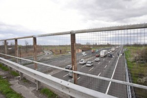 Brescia, calcinacci cadono dal cavalcavia sulla A4