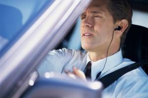 Guidi e parli cellulare? Arrivano gli automobilisti spia: rischi multa e punti patente