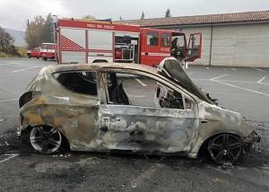 Guarda la versione ingrandita di Ceva (Cuneo): auto in fiamme con cadavere carbonizzato accanto (foto Ansa)