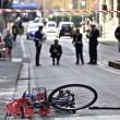 Firenze, anziano investe padre e figlio di 20 mesi in bici e si schianta contro auto 5