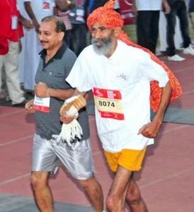 Guarda la versione ingrandita di Dharam Pal Singh, maratoneta a 119 anni. Ma non gli credono…