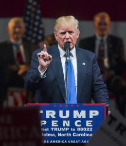 Video YouTube. Donald Trump paura al comizio: portato via dal palco ma...