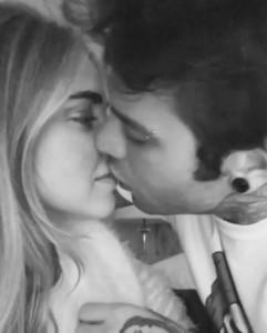 """VIDEO Fedez e Chiara Ferragni, bacio social """"a guanciotte molli"""""""