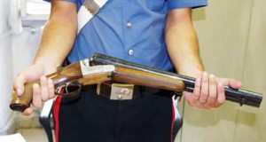 Guarda la versione ingrandita di Armi: milioni di italiani si fanno il fucile, dicono che è per caccia o sport... (foto d'archivio Ansa)