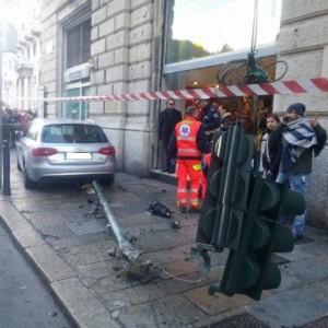 Genova: auto impazzita in centro, va su marciapiede, travolge sei persone FOTO