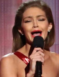 Gigi Hadid imita Melania Trump. Ironia sul discorso copiato a