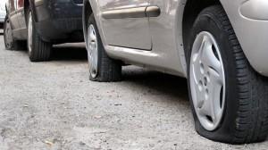 Treviso, gomme tagliate alle auto in sosta: è caccia ai vandali