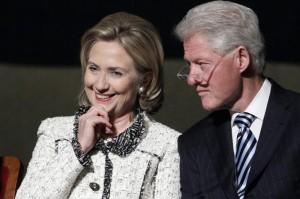 Bill e Hillary Clinton, lite fuoribonda. Lui ha lanciato il telefono verso il fiume