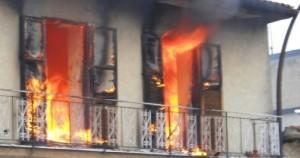 Guarda la versione ingrandita di Roma, incendio in casa: morta una donna costretta a letto