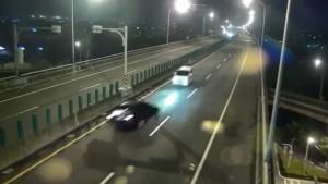 YOUTUBE Contromano in autostrada: terribile scontro frontale