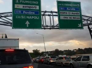 Guarda la versione ingrandita di Roma, incidente sul Gra: un morto. Scontro tra 4 auto e tir (foto Twitter)