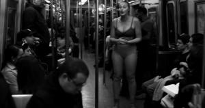 YOUTUBE Iskra Lawrence, modella curvy, si spoglia in metro