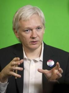 """Elezioni Usa. Assange: """"Hillary Clinton ha voluto guerra il Libia. Trump? Non lo fanno vincere"""""""