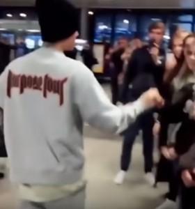 YOUTUBE Justin Bieber a Praga porta 6 fan in hotel per una festa
