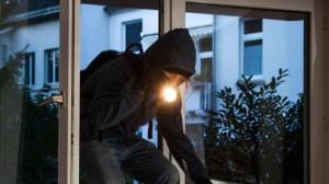 Furto in appartamento, ma il vicino dà l'allarme: ladro arrestato