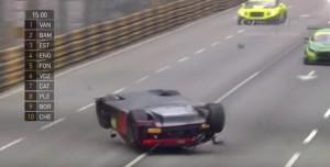 Auto si ribalta in pista, pilota illeso vince la corsa...