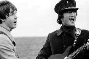 Guarda la versione ingrandita di John Lennon e la lettera a Paul McCartney venduta all'asta. Le parole di fuoco (foto d'archivio Ansa)