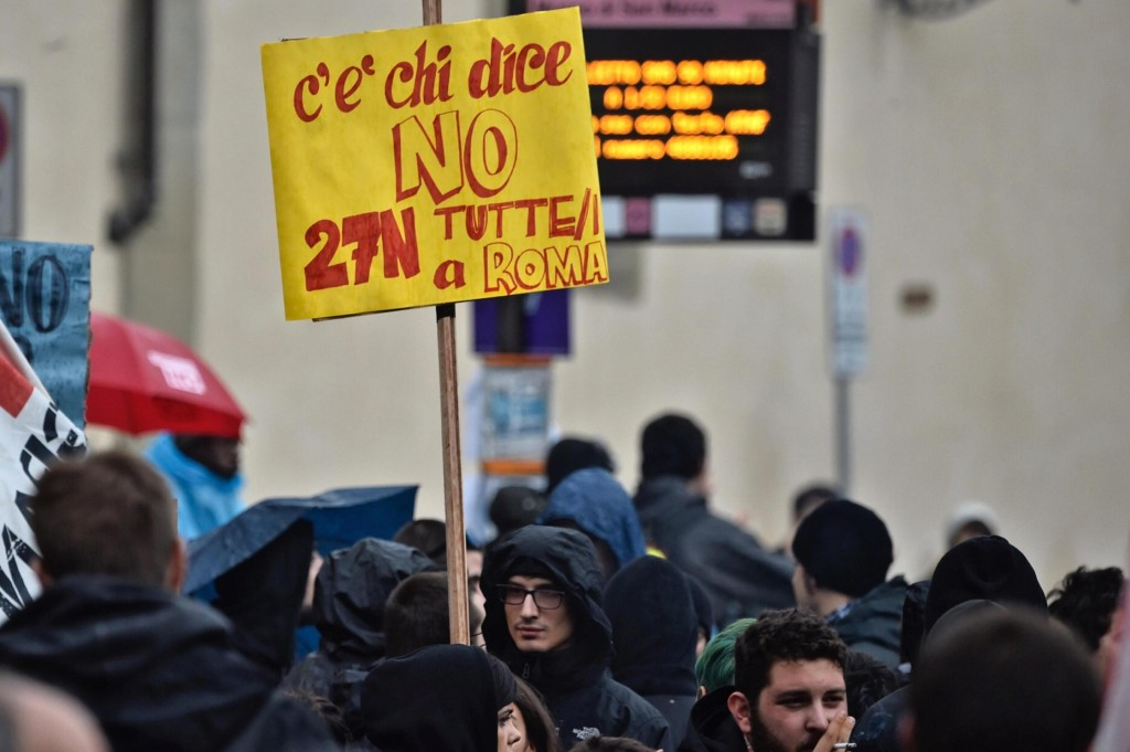 Un momento della manifestazione contro il premier Matteo Renzi in partenza da piazza San Marco, Firenze, 5 novembre 2016 ANSA/MAURIZIO DEGL' INNOCENTI