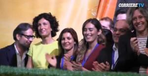 Leopolda, Agnese Landini e Maria Elena Boschi applaudono Renzi sul palco VIDEO