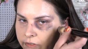 Violenza sulle donne, in tv il video tutorial per coprire lividi col trucco. Choc in Marocco