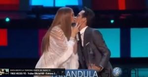 YOUTUBE Jennifer Lopez bacia sulla bocca l'ex Marc Anthony sul palco
