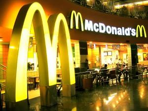 Milano, cade porta di McDonald's: ferito bambino di 6 anni