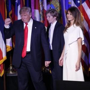Melania Trump al fianco di Donald: quel che l'abito lascerebbe intravedere