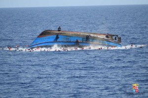 Guarda la versione ingrandita di Migranti, mare capovolge due barconi. Affogano in tanti, forse 239 morti
