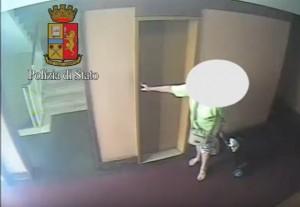 Milano, picchiava e rapinava anziane nell'androne di casa: arrestato romeno di 30 anni