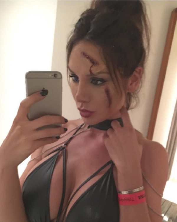 Nicole Minetti, selfie per Halloween: sangue e scollatura...