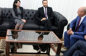 Tunisia, ministra allunga la gonna con Photoshop. Ma la foto è da bocciare