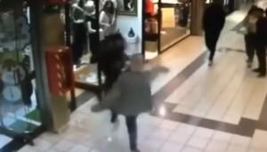 YOUTUBE Nonno eroe sventa la rapina: mette ko ladro ma la moglie...