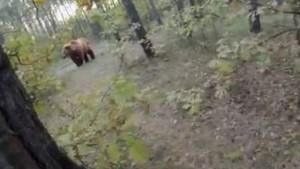 YOUTUBE Si finge morta dopo essere stata attaccata da un orso: la drammatica telefonata ai soccorritori