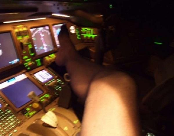 British Airways, comandante si sfila i pantaloni e si tocca mentre è in volo...