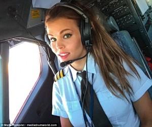 Guarda la versione ingrandita di Malin, la pilota svedese fa impazzire il web con le sue pose di Yoga FOTO