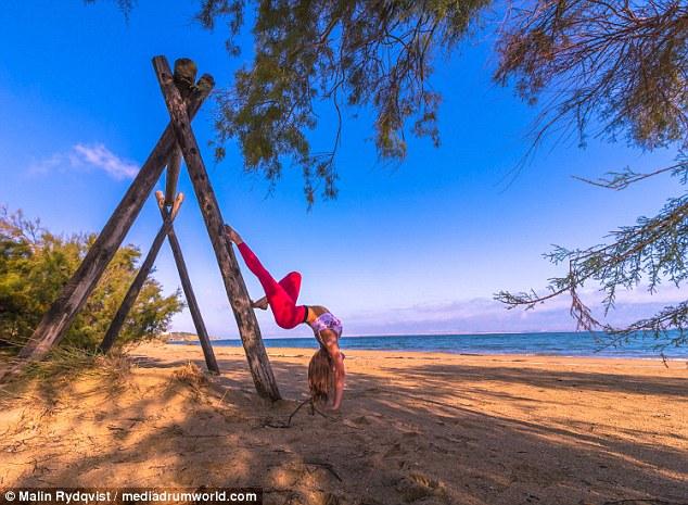 Malin, la pilota svedese fa impazzire il web con le sue pose di Yoga FOTO15