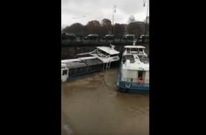 Po in piena a Torino: due battelli si schiantano contro il ponte