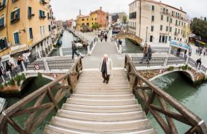 Venezia, prende a pugni i passanti, uno reagisce e lo getta nel canale