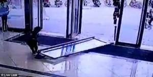 Guarda la versione ingrandita di YOUTUBE Enorme porta a vetri cade su bimba di 3 anni: è sopravvissuta