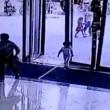 YOUTUBE Enorme porta a vetri cade su bimba di 3 anni: è sopravvissuta02