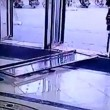 YOUTUBE Enorme porta a vetri cade su bimba di 3 anni: è sopravvissuta03