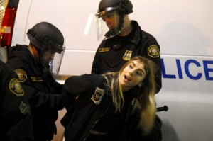 Portland, scontri a protesta anti Trump: proiettili di gomma, spray, 29 arresti FOTO VIDEO 4