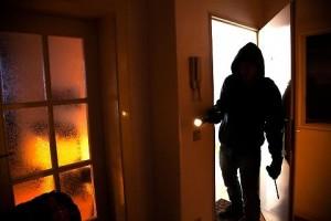 Anziana rapinata e picchiata in casa, muore in ospedale: bottino da 80mila euro