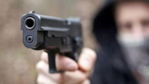Napoli, pistola contro bimbo di sei anni per rapinare il padre