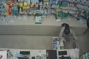 YOUTUBE Rapina farmacia a Roma, ma lascia i documenti a terra...